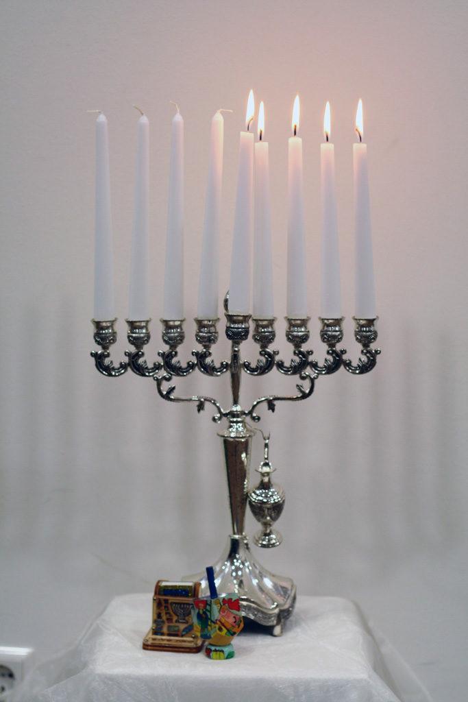 Ханукальный подсвечник имеет 8 рук и свечу-слугу